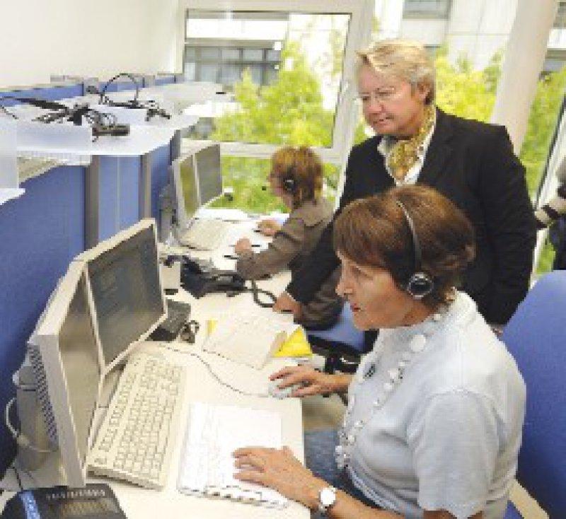 Bundesforschungsministerin Annette Schavan zu Besuch in der KID-Telefonzentrale Foto: de Andres/DKFZ