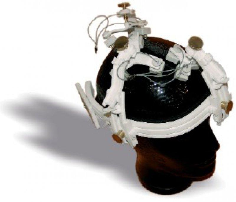 Die gelfreie EEG-Kappe könnte künftig die aufwendige Prozedur ersetzen, mit der die Elektroden auf der Kopfhaut angebracht werden. Foto: Fraunhofer FIRST
