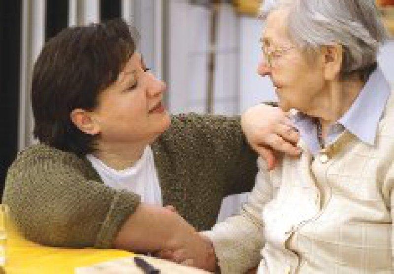 Der Bedarf Demenzkranker soll in der Pflegeversicherung stärker berücksichtigt werden. Foto: epd