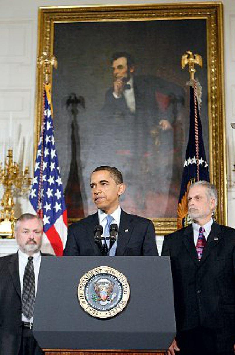 US-Präsident Barack Obama bei der Vorstellung der geplanten Gesundheitsreformen am 11. Mai 2009 im Weißen Haus in Washington. Links neben ihm George Halverson, Hauptgeschäftsführer von Kaiser Permanente, rechts J. James Rohack, Präsident der American Medical Association Fotos: AP