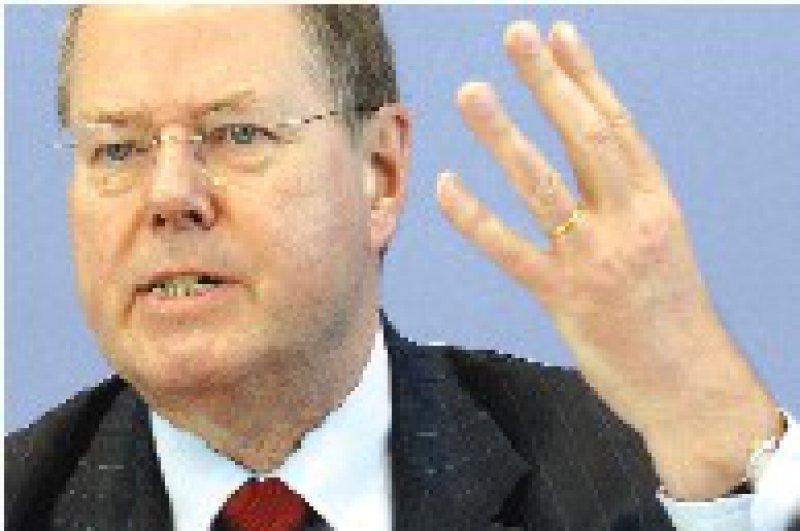 Finanzminister Peer Steinbrück (SPD) will auch Bürger mit geringem Einkommen entlasten. Foto: ddp