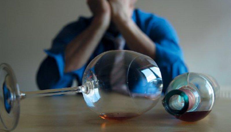 Riskanter Alkoholkonsum ist noch immer ein Tabuthema. Problematisches Trinkverhalten sollte aber offen angesprochen werden. Foto: mauritius images