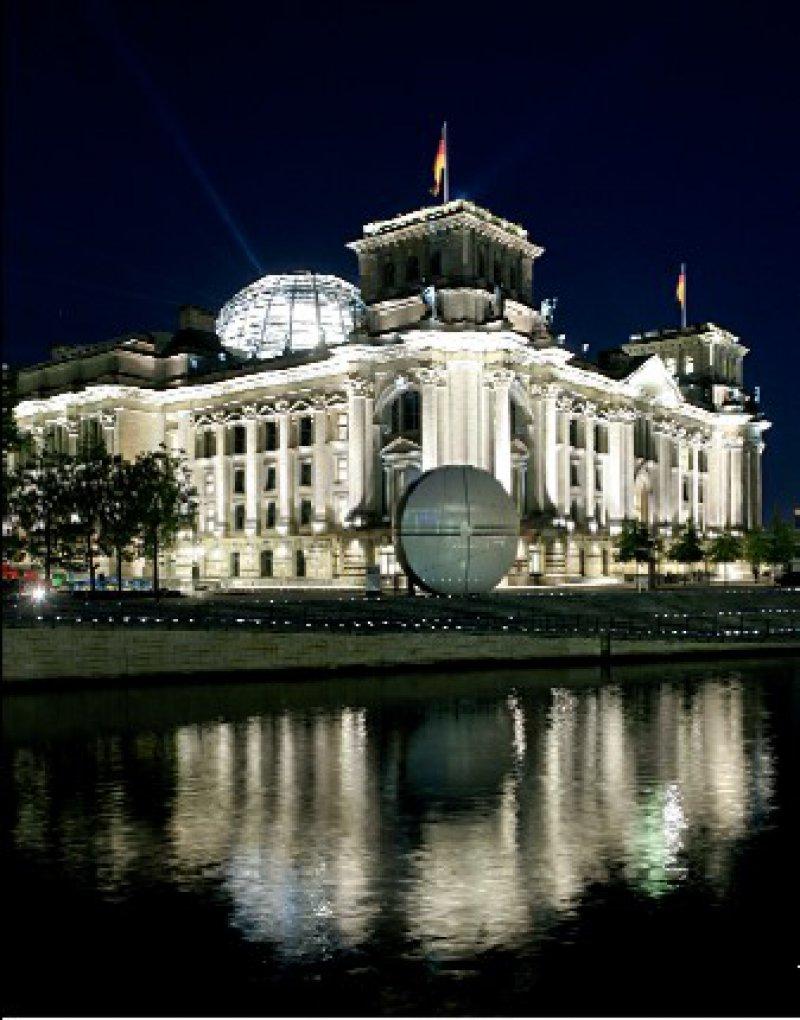 Still ruht nur die Spree – bei der Opposition im Bundestag schlugen die Wellen wegen einiger Änderungen der AMG-Novelle höher. Foto: Caro