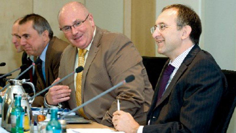 Gut geforscht: Carl-Heinz Müller und Andreas Köhler erörtern mit dem Geschäftsführer der Forschungsgruppe Wahlen, Matthias Jung, die Umfrageergebnisse (von links). Foto: Svea Pietschmann