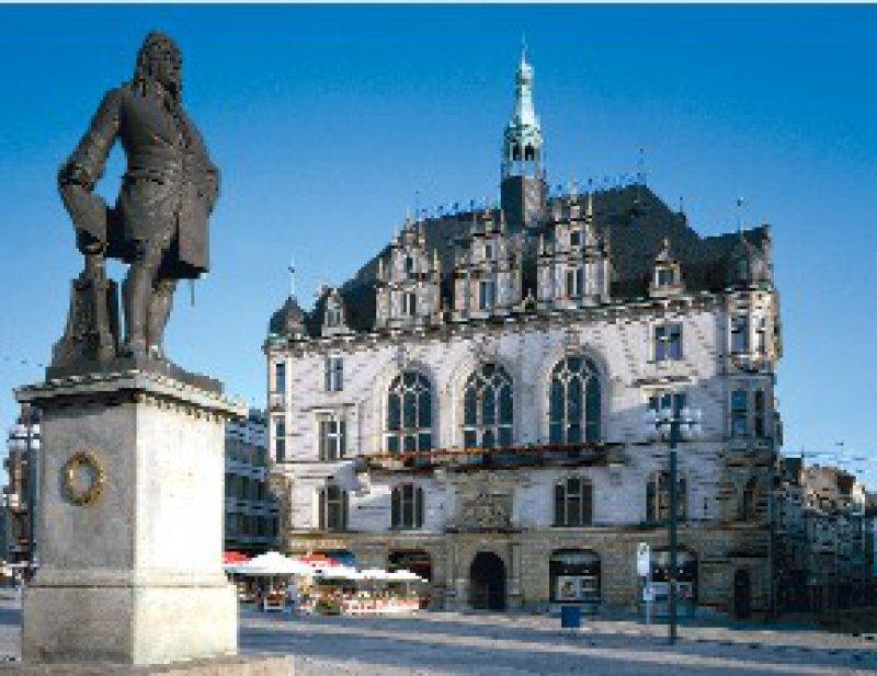 Tagungsort des Runden Tisches im Bezirk Halle: Das alte Stadthaus am Marktplatz. Im Vordergrund das Händeldenkmal Foto: picture-alliance/akg-images