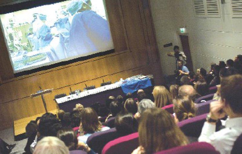 Zuschauer verfolgen live eine Herzoperation per Fernsehübertragung. Foto:Wellcome Library, London
