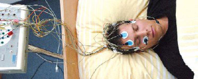 Proband bei einer Untersuchung im Schlaflabor Foto: dpa
