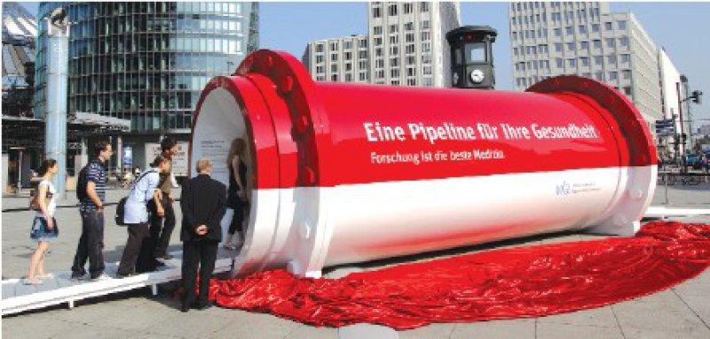 Wollen wissen, was die Pharmahersteller in der Pipeline haben – Passanten auf dem Potsdamer Platz in Berlin Foto: vfa
