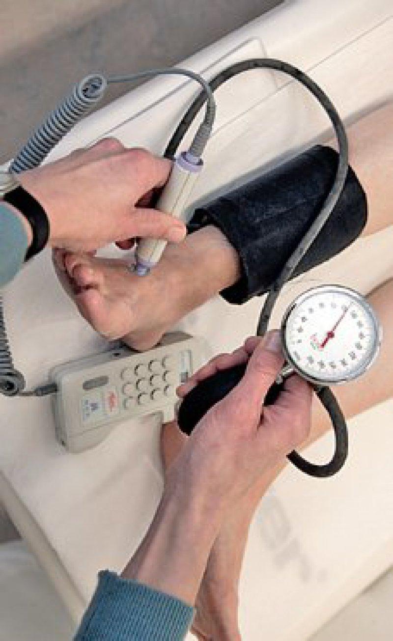 Deutlich mehr Fußuntersuchungen an Patienten im DMP Diabetes als in der Vergleichsgruppe. Foto: ddp