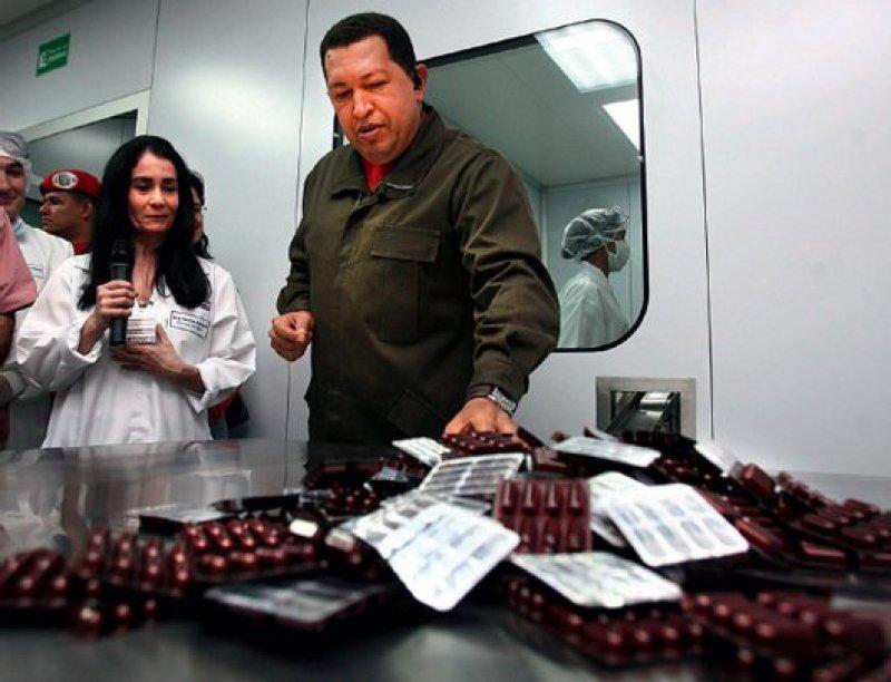 Wissenschaftliche Entdeckungen als Welteigentum: Venezuelas Präsident Hugo Chavez weiht eine Arzneimittelfabrik ein, die Medikamente gegen Tuberkulose, die Chagas-Krankheit und Malaria herstellt.