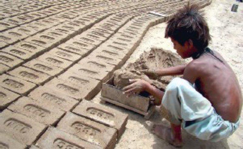 Weltweit gibt es rund 217 Millionen Kinderarbeiter. Der Besuch einer Schule wird für viele zum Luxus. Darauf wies die Organisation Terre des hommes hin. Foto: dpa