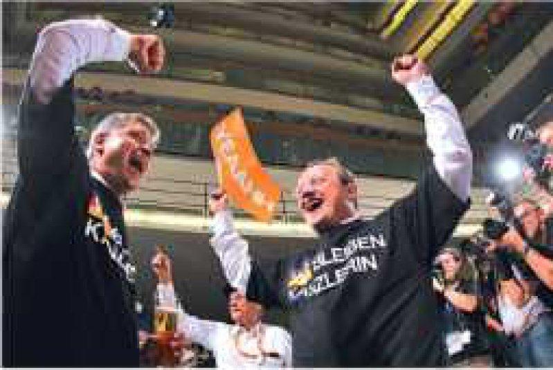 Große Freude angesichts der kleinen Koalition: Bei der Union gibt es den Siegestaumel sogar Schwarz auf Weiß. Foto: dpa