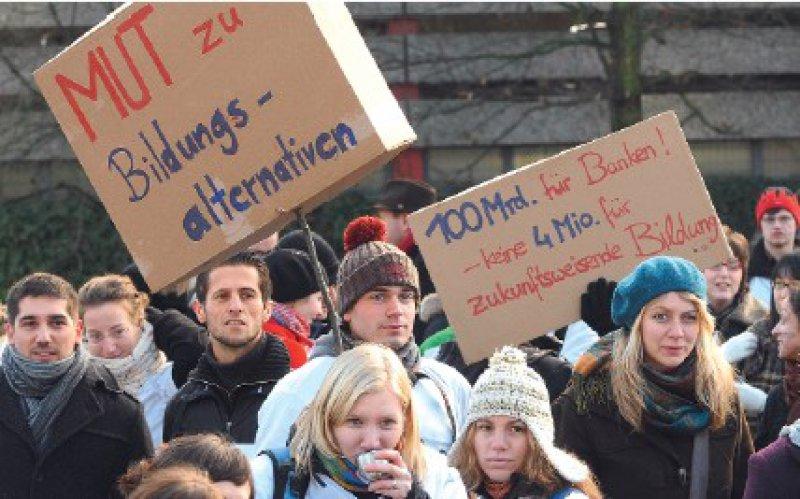 Der Protest hat sich gelohnt: Ende Dezember 2008 demonstrierten Wittener Studenten vor dem Landtag in Düsseldorf für den Erhalt ihrer Hochschule. Foto: ddp