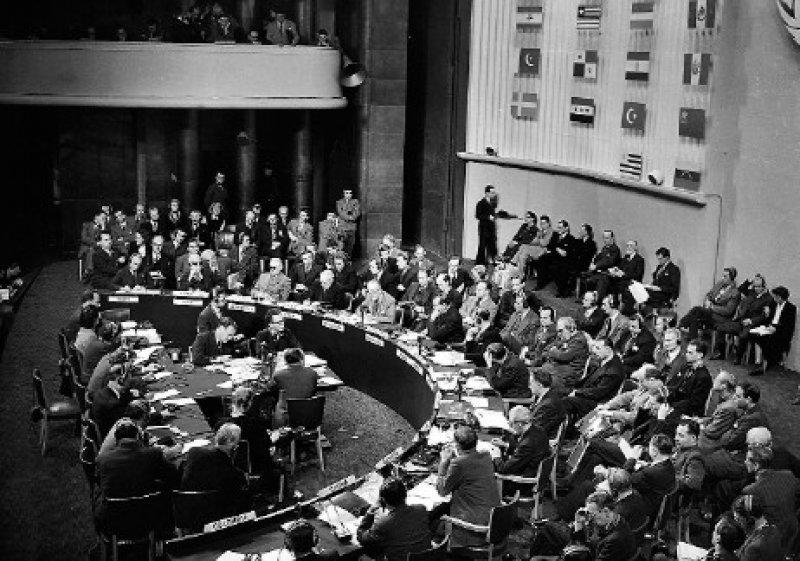 Die Weltgemeinschaft bekennt sich zu den allgemeinen Grundsätzen der Menschenrechte. Die Charta wird am 10. Dezember 1948 im Palais de Chaillot in Paris verabschiedet und ist Grundlage des humanitären Völkerrechts. Foto: dpa