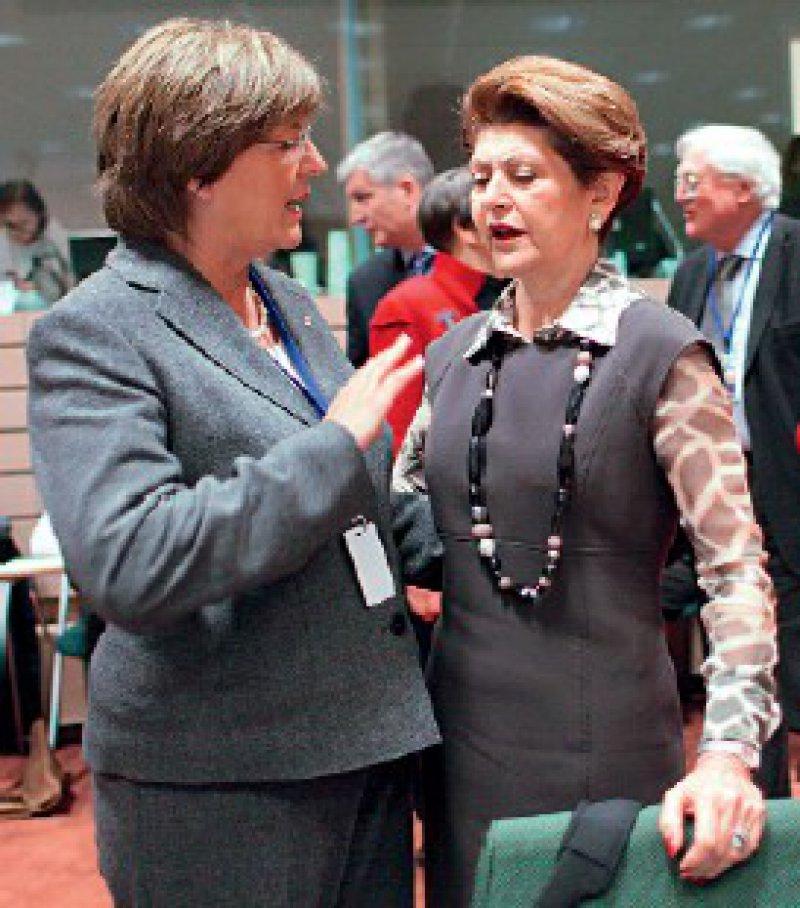 Kompetenzstreit: Gesundheitsministerin Ulla Schmidt (l.) gehen die gesundheitspolitischen Forderungen von EU-Gesundheitskommissarin Androulla Vassiliou in Teilen zu weit. Foto: dpa