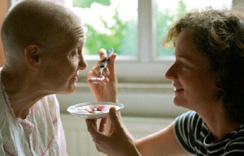 Geduld, Zeit, Freude aneinander – schön wäre es. Frauen und Männer, die dauerhaft Angehörige pflegen, sind stattdessen oft überfordert. Ärzte sollten deshalb darauf achten, was mit ihren pflegebedürftigen Patienten geschieht. Foto: Photothek