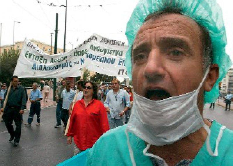 Ärzteprotest: Bereits 2003 gingen in Griechenland die Krankenhausmitarbeiter auf die Straße, um ihre Forderungen nach höheren Löhnen durchzusetzen. Fotos: dpa