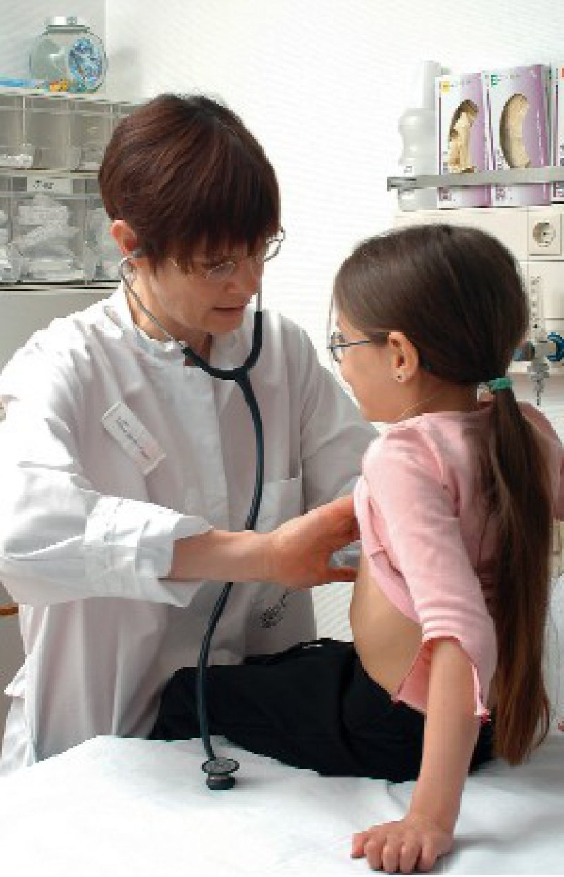 Kranken Kindern muss geholfen werden. Wie am besten – das ist zuweilen weniger eindeutig, als manche Fachleute meinen. Foto: Peter Wirtz