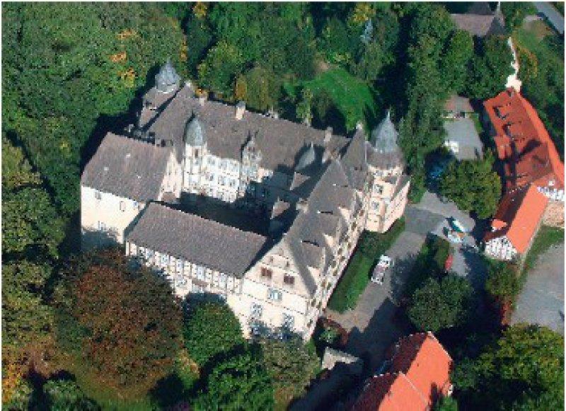 In der idyllischen Weserlandschaft liegt das Schloss Varenholz. Fotos: Schloss Varenholz