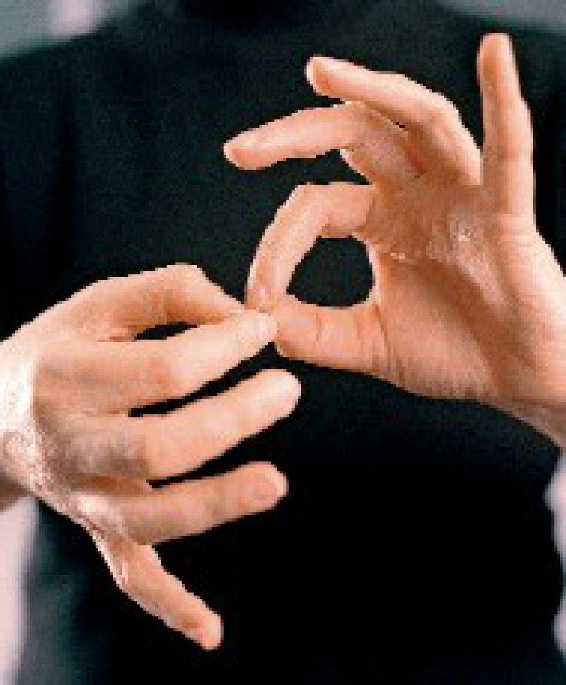 Über die Gebärdensprache will man möglichst viele Gehörlose für die Studie erreichen. Foto: laif