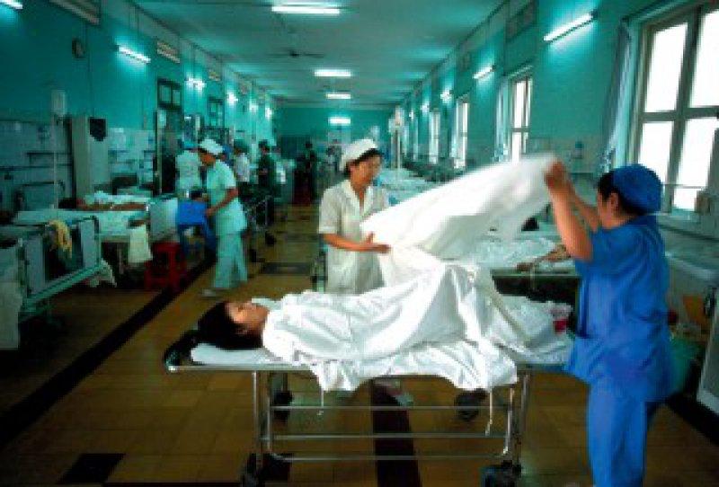 Tür an Tür werden inzwischen in einigen staatlichen Krankenhäusern Vietnams wohlhabende und weniger wohlhabende Patienten versorgt. An überfüllte Kreißsäle grenzen perfekt ausgestattete, hygienisch einwandfreie Privatabteilungen an – die immer mehr Vietnamesen in Anspruch nehmen. Foto: picture-alliance/Godong