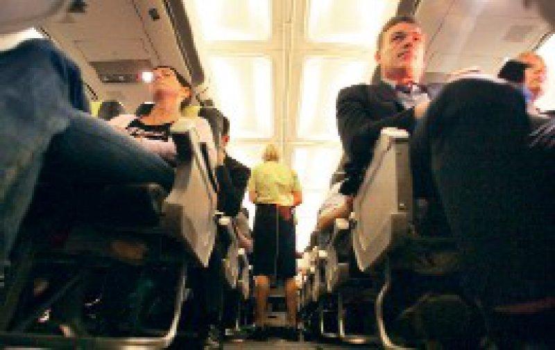 Auch in engen Sitzreihen sind Thrombosen selten: Sie machen nur 0,5 Prozent der medizinischen Zwischenfälle aus. Foto: Caro