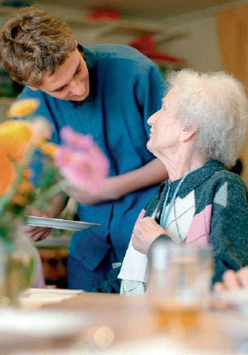 Mehr Zeit für menschliche Zuwendung? – Zumindest soll es bei den Pflegestufen künftig nicht mehr allein nach dem zeitlichen Aufwand für die körperliche Pflege gehen. Foto: laif