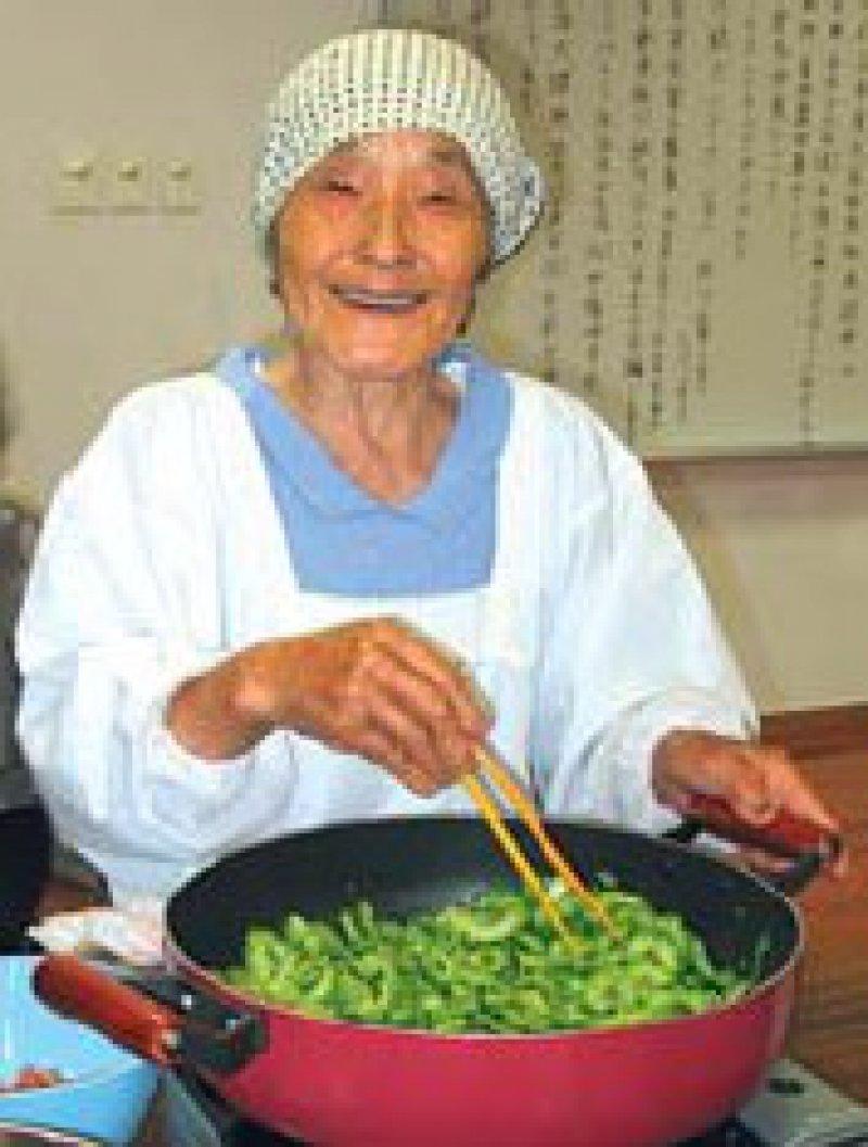 Eine 83-Jährige in Ogimi brät Goya.