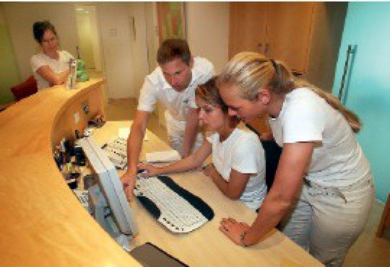 Gemeinsame Fehlersuche: Der Arzt spielt bei der Etablierung einer Lernkultur die entscheidende Rolle. Foto: Eberhard Hahne