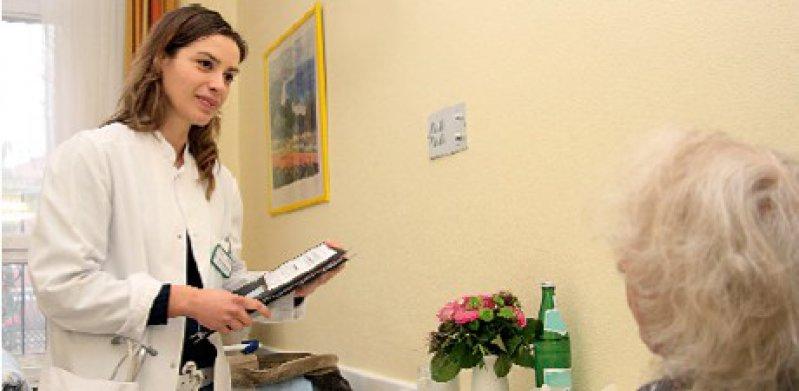 """""""Sie sind ja Ausländerin!"""" Magdalini Krommyda hat gelernt, mit solchen Aussagen konstruktiv umzugehen und die Sorgen der Patienten zu thematisieren. Fotos: Ulrich Loeper"""