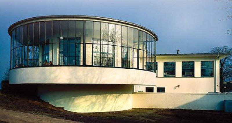 """Strenge Linien, lichtdurchflutete Räume: das Ausflugslokal """"Kornhaus"""" in Dessau.Fotos: S. Kaps Stadt Dessau-Roßlau"""