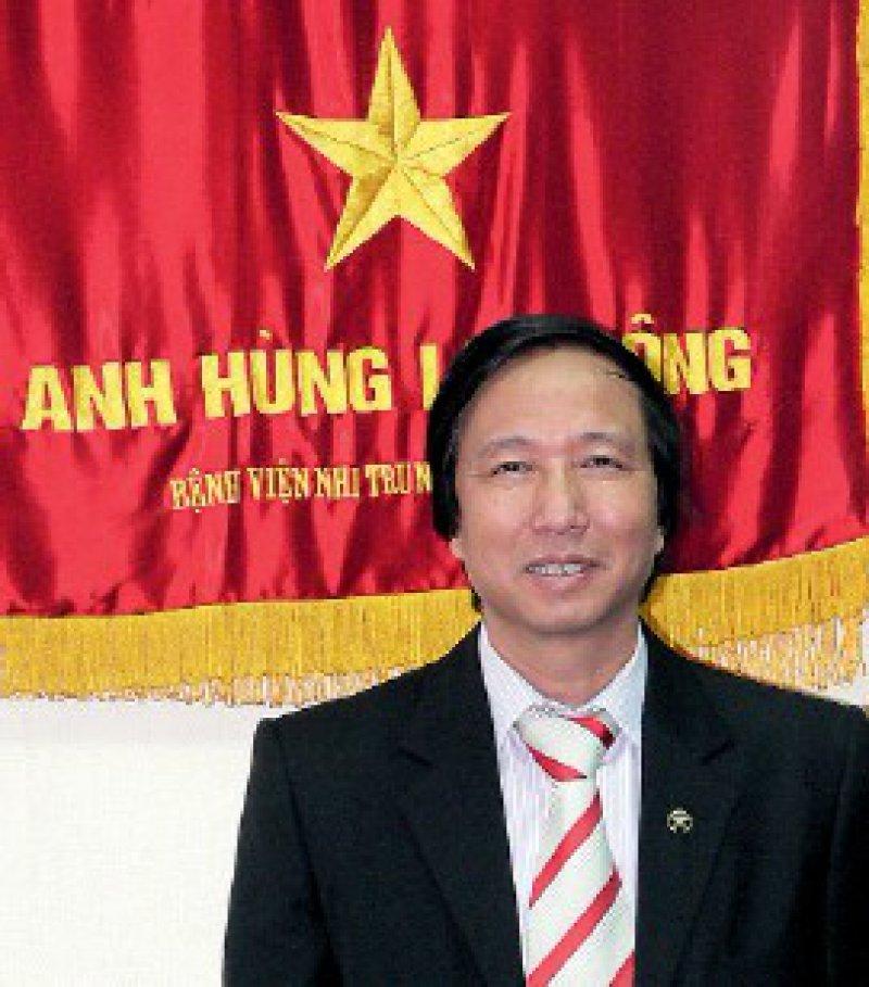 Nguyen Thanh Liem führte seine erste endoskopische Operation an Hühnern durch. Das Porträt von Liem beschließt die kleine Artikelserie zu Vietnam (Titelaufsatz in Heft 6/2009 und Bericht über das Dorf der Freundschaft in Heft 9/2009). Foto: Martina Merten