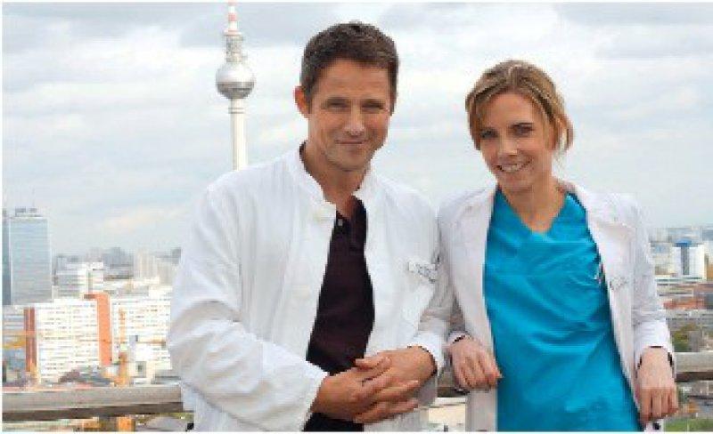 Affäre im Schneckentempo: Luisa Keller (Jana Voosen) und Oberarzt Dr. Stephan Roth (Andreas Brucker) Foto: Mosch/Sat1