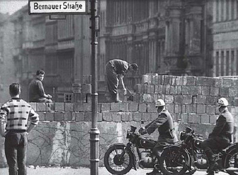 August 1961: Arbeiter erhöhen die Sektorensperre an der Bernauer Straße. Im selben Monat wird die Mauer gebaut – das Symbol deutsch-deutscher Teilung.