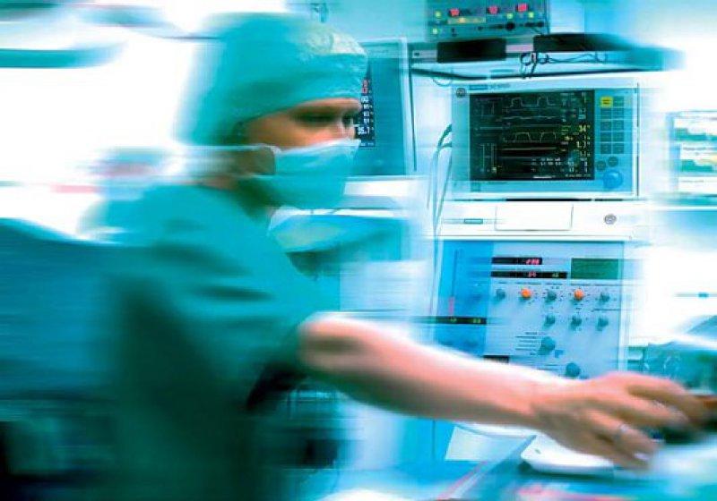 Hektik kann Patientenleben gefährden. Dann muss sich der Arzt verantworten, auch wenn nicht er, sondern patientenferne Vorgesetzte Druck gemacht haben. Foto: Mauritius Images