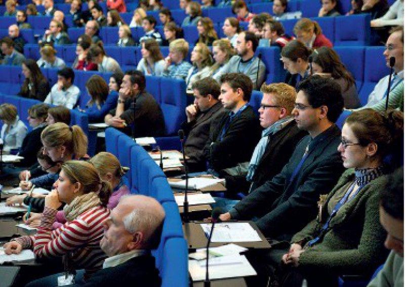 """Auf dem Kongress """"Perspektiven und Karriere"""" werden die Ergebnisse der Umfrage vorgestellt. Foto: Svea Pietschmann"""