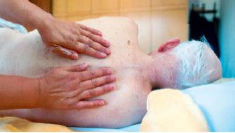 Druckgeschwüren wird in Pflegeheimen offenbar besser vorgebeugt. Foto: picture alliance/epd
