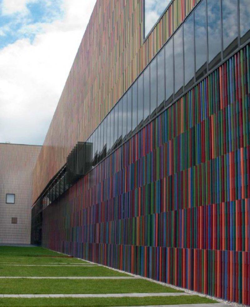 Farbenfrohes erscheint vor und hinter den Museumsmauern. Foto: Angelo Razeto