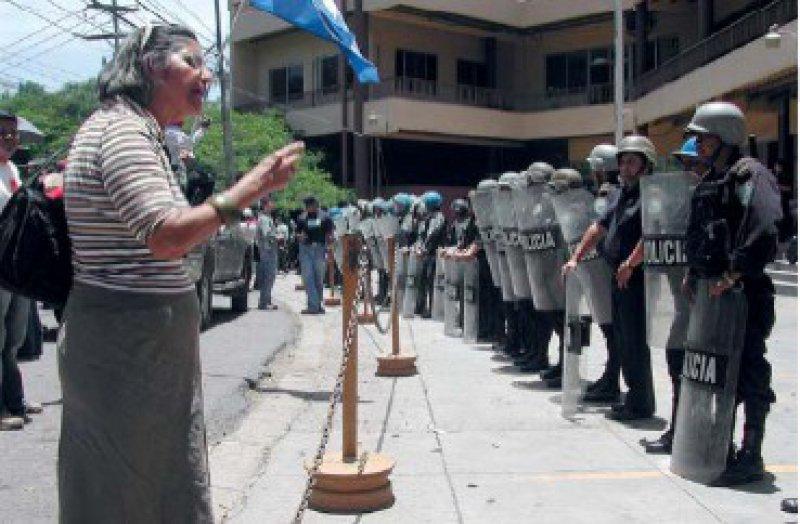 Konfrontation in der Hauptstadt: Eine Demonstrantin diskutiert mit Polizisten. Fotos: Harald Neuber