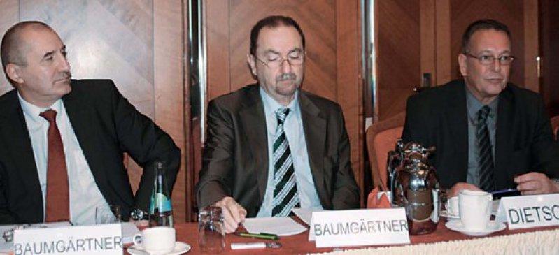 Nicht verwandt, aber nun Vertragspartner: Der Vorstand der Betriebskrankenkasse MH-plus, Winfried Baumgärtner (links) und Medi-Chef Werner Baumgärtner mit dem Vorsitzenden des Hausärzteverbands Berthold DietscheFoto: Klaus Schmidt