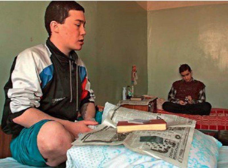An Aids erkrankt ist dieser 19-jährige Mann, der in einem Krankenhaus in Sibirien behandelt wird. Nur ein kleiner Teil der HIV-Infizierten hat Zugang zu einer antiretrovi - ralen Therapie. Foto: dpa