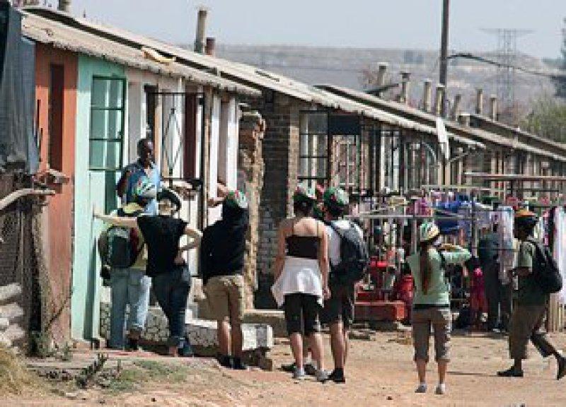 Mit dem Fahrrad durch Soweto: gestern Symbol im Kampf gegen die Apartheid, heute Ziel von Individualreisenden. Fotos: Rainer Heubeck