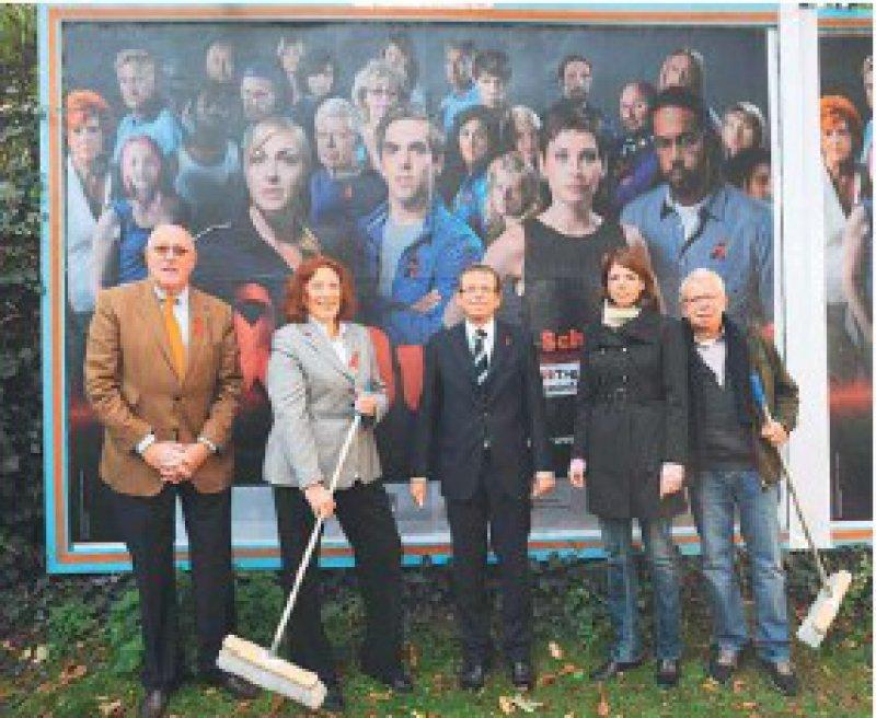 Beim Start der Plakataktion: Thomas Ruhfus, Elisabeth Pott, Volker Leienbach und zwei Kampagnenbotschafter (von links) Foto: BZGA