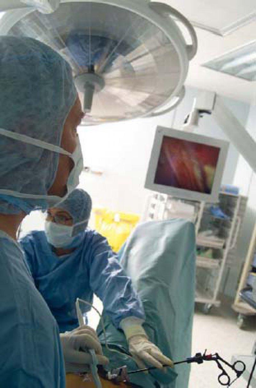 Bei der transvaginalen Cholezystektomie wird in Deutschland kein reines NOTES-Verfahren durchgeführt. Neben dem vaginalen Zugang wird der Optiktrokar über einen umbilikalen Port eingeführt. Foto: SPL/Agentur Focus