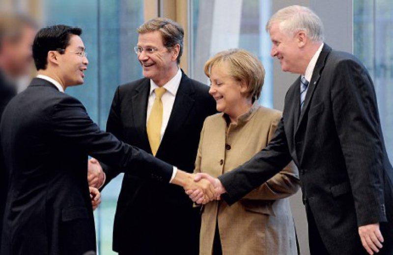 Was schert mich meine Unterschrift von gestern? Horst Seehofer (rechts) ignoriert, dass er die Umstellung auf einkommensunabhängige Arbeitnehmerbeiträge mit dem Koalitionsvertrag selbst beschlossen hat. Philipp Rösler (links) pocht auf deren schrittweise Einführung. Foto: ddp