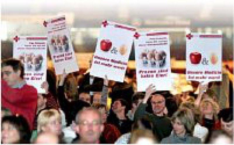 11. März, Hanns-Martin-Schleyer-Halle: Mit Transparenten gegen die Honorarreform. Foto: Horst Rudel