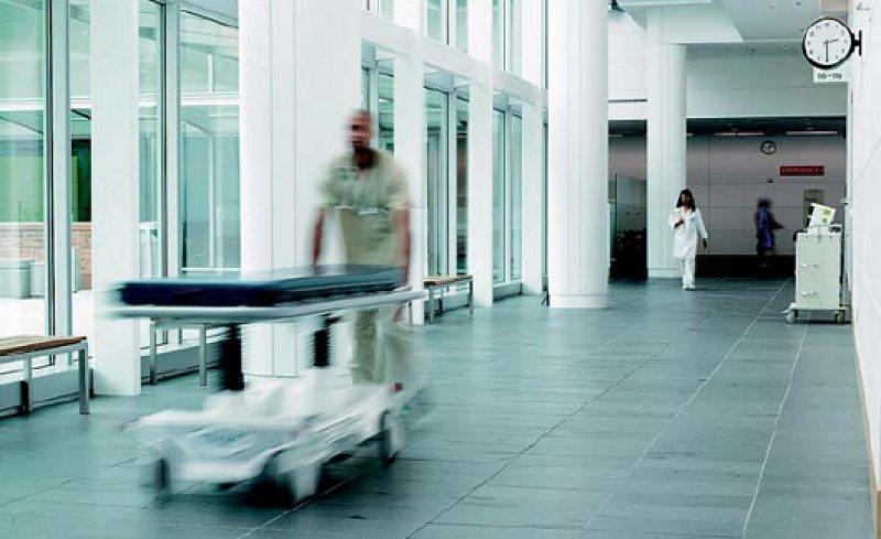 Von der Überwachung verschiedener Geräte über die Automatisierung in der Labordiagnostik bis hin zur Identifikation von Patienten und medizinischem Personal erhöht die RFID-Technologie die Behandlungssicherheit um ein Vielfaches. Fotos: Feig-Elecronic GmbH