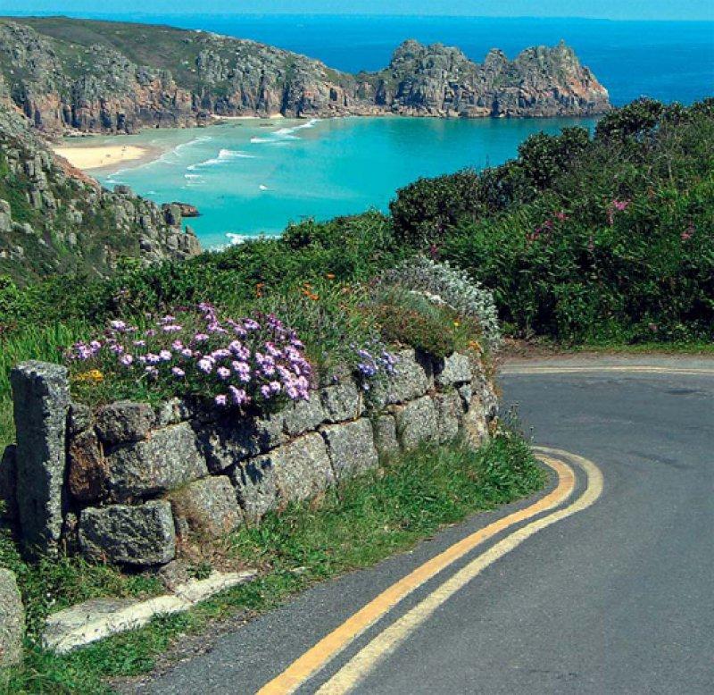Raue, steile Felsen, die sich mit langen Stränden und Buchten abwechseln, prägen die Küstenlandschaft Cornwalls. Foto: Mondial Tours