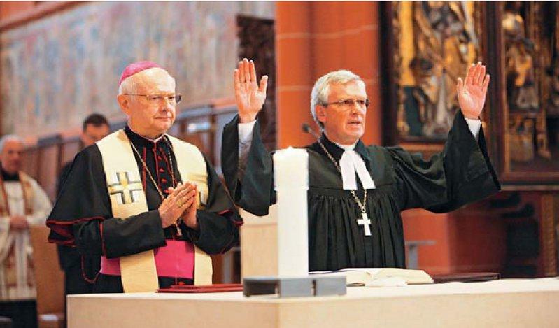 """Mit einem ökumenischen Gottesdienst haben im Frankfurter Kaiserdom Erzbischof Robert Zollitsch (links) und Landesbischof Ulrich Fischer die """"Woche für das Leben"""" eröffnet. Foto: EPD"""