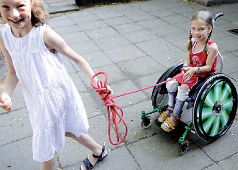 Mittendrin: Inklusive Schulen bieten behinderten und nichtbehinderten Kinderndie Möglichkeit, vertraut miteinander aufzuwachsen. Foto: ddp